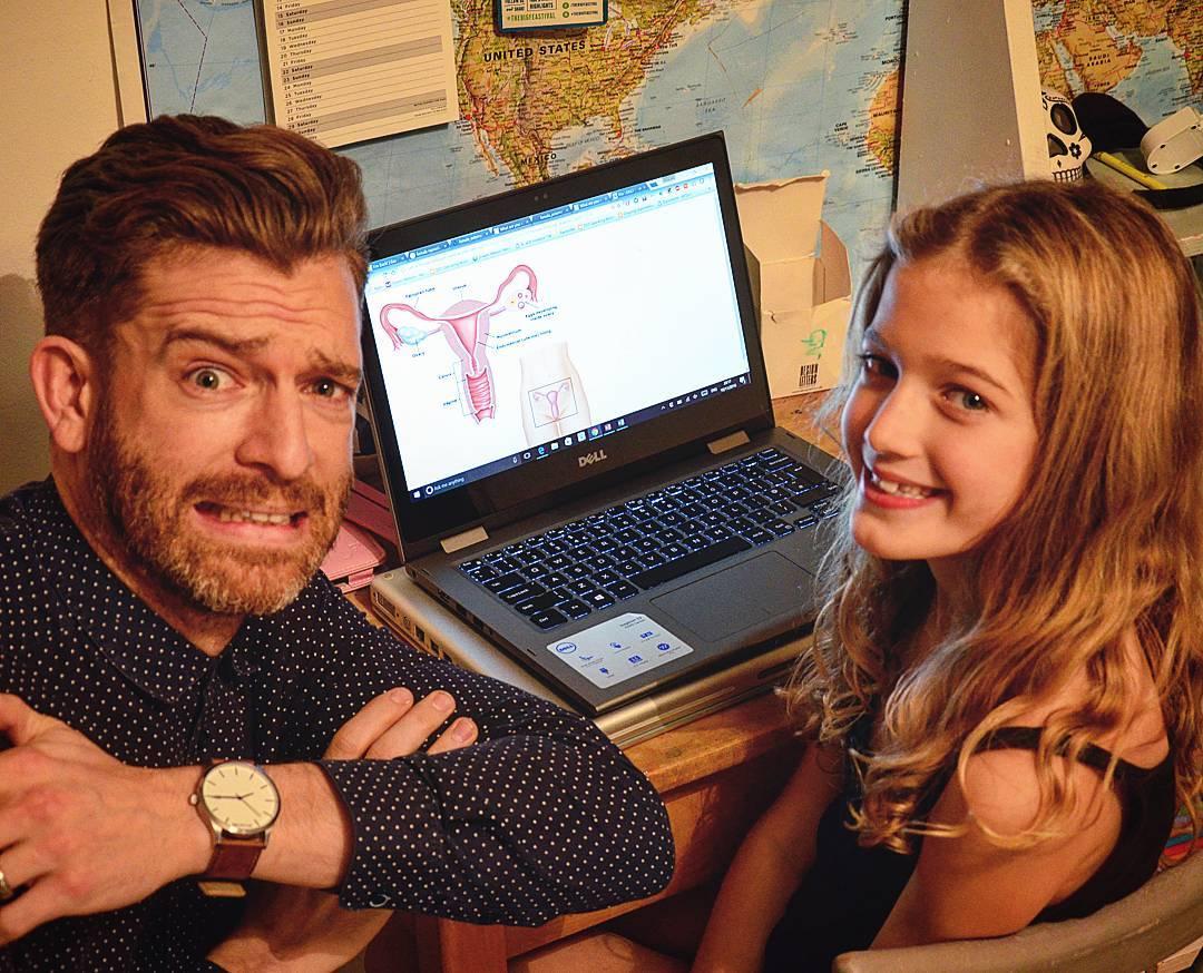 Отец с дочкой с призервативом