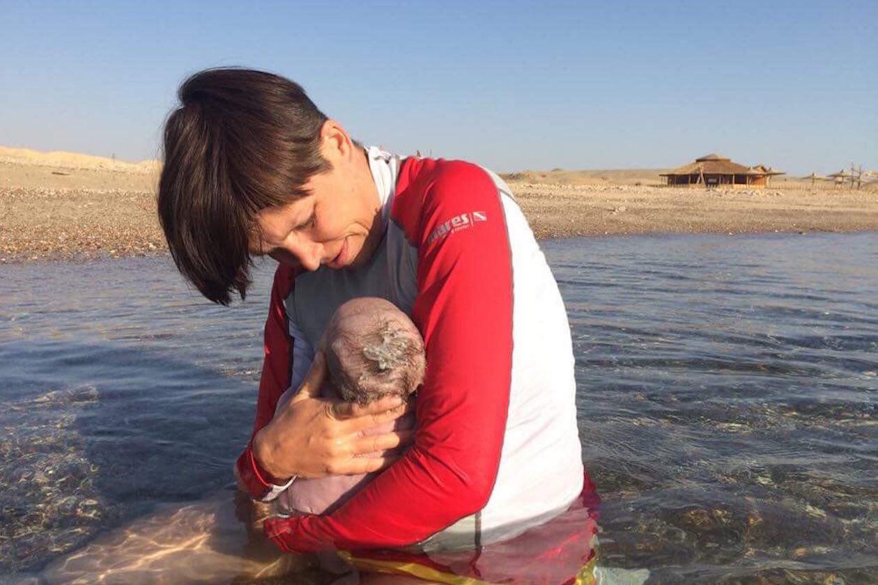 Необычный опыт: женщина родила двоих детей в открытом море в Египте